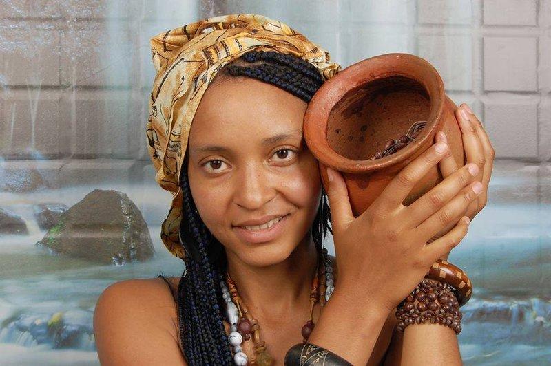 Kameroenese vrouw houdt een aarden pot omhoog
