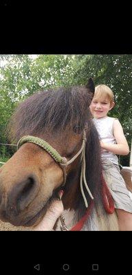 Loisirs Équitation enfant:balade dans champs à poney...