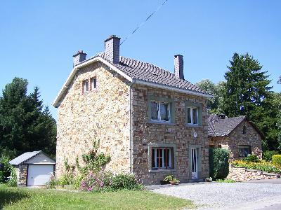 Maison en pierres du pays dans les Ardennes Belges