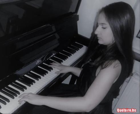 Pianiste donne cours de piano et solfège à...